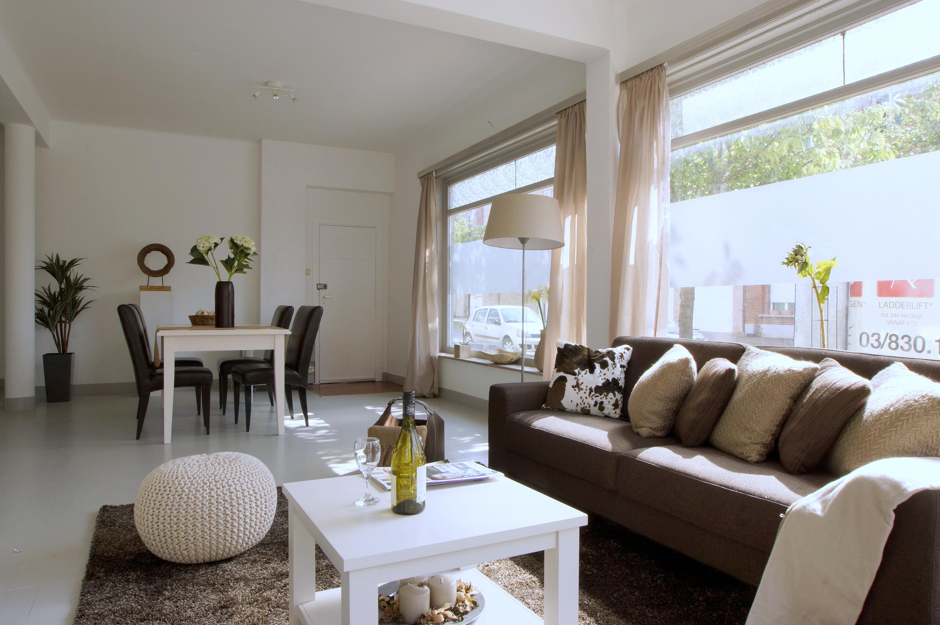 Style at home inrichten met echte of kartonnen meubels om leegstaand - Meubels om zelf te schilderen zelfs ...